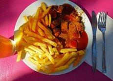 Imbiss, Essen, Currywurst, Bratwurst, Pommes frites